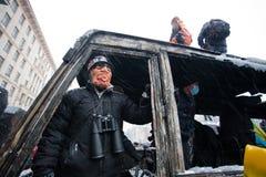 Νέος διαμαρτυρόμενος με τις διόπτρες στο ρολόι μασκών από Στοκ Εικόνες