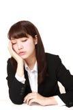Νέος ιαπωνικός ύπνος επιχειρηματιών στο γραφείο Στοκ εικόνες με δικαίωμα ελεύθερης χρήσης