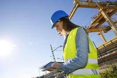 Νέος διευθυντής κατασκευής στο εργοτάξιο με την ταμπλέτα Στοκ εικόνες με δικαίωμα ελεύθερης χρήσης