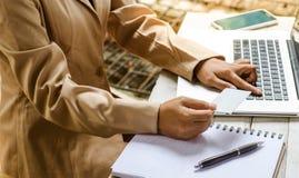 Νέος διευθυντής που εργάζεται με το σημειωματάριο στο γραφείο Στοκ εικόνες με δικαίωμα ελεύθερης χρήσης