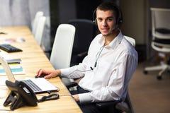 Νέος διευθυντής στον εργασιακό χώρο Νεαρός άνδρας που εργάζεται στον υπολογιστή στην αρχή Στοκ εικόνα με δικαίωμα ελεύθερης χρήσης