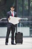 Νέος ινδικός επιχειρηματίας με το έγγραφο ανάγνωσης τσαντών αποσκευών Στοκ φωτογραφίες με δικαίωμα ελεύθερης χρήσης