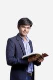 Νέος Ινδός στο κοστούμι και το βιβλίο ανάγνωσης Στοκ Φωτογραφία