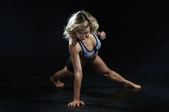 Νέος, ισχυρός αθλητής που στέκεται από τη μια πλευρά, έτοιμος να χτυπήσει Στοκ Φωτογραφίες