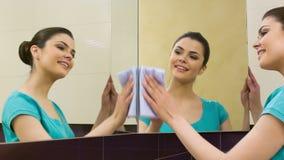 Νέος καθαρίζοντας καθρέφτης γυναικών απόθεμα βίντεο