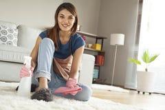 Νέος καθαρίζοντας τάπητας γυναικών στο δωμάτιο Στοκ φωτογραφίες με δικαίωμα ελεύθερης χρήσης