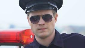 Νέος καθορισμένος αστυνομικός που κοιτάζει στη κάμερα, enforcer, προστασία νόμου απόθεμα βίντεο