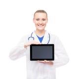 Νέος και ευτυχής ιατρικός εργαζόμενος που κρατά έναν υπολογιστή ταμπλετών Στοκ Φωτογραφία