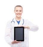 Νέος και ευτυχής ιατρικός εργαζόμενος που κρατά ένα ipad Στοκ Εικόνες