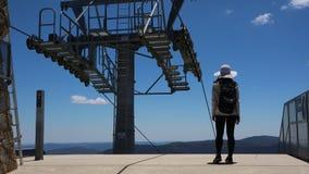 Νέος και τολμηρός ταξιδιώτης σε ένα mountaintop στοκ εικόνες