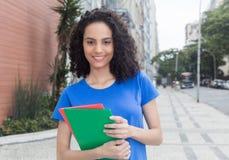 Νέος καραϊβικός σπουδαστής με τα βιβλία στην πόλη Στοκ Εικόνα