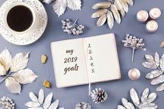Νέος κατάλογος στόχων έτους με τα κεριά, το ποτό ντεκόρ και καφέ Τοπ όψη στοκ εικόνα με δικαίωμα ελεύθερης χρήσης