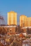 Νέος κατοικημένος σύνθετος, χτισμένος δίπλα στο παλαιό κατοικημένο τέταρτο Ρωσία Tula στοκ εικόνα