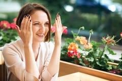 Νέος καφές κατανάλωσης γυναικών και κατοχή της διασκέδασης στην καφετέρια Στοκ Εικόνα