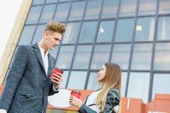 Νέος καφές κατανάλωσης ζευγών αγάπης στην πόλη Στοκ Φωτογραφία