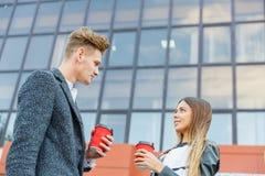 Νέος καφές κατανάλωσης ζευγών αγάπης στην πόλη Στοκ Εικόνες