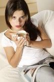 Νέος καφές κατανάλωσης γυναικών Στοκ Εικόνες