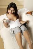 Νέος καφές κατανάλωσης γυναικών Στοκ Φωτογραφίες