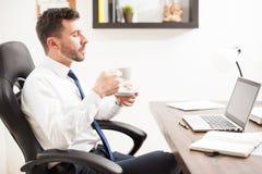 Νέος καφές κατανάλωσης δικηγόρων στο γραφείο του Στοκ φωτογραφία με δικαίωμα ελεύθερης χρήσης