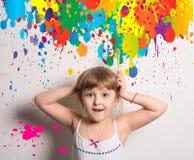 νέος καλλιτέχνης με τα φωτεινά χρώματα στοκ εικόνα με δικαίωμα ελεύθερης χρήσης