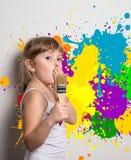 νέος καλλιτέχνης με τα χρώματα στοκ εικόνες