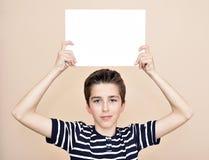 Νέος κενός λευκός πίνακας εκμετάλλευσης αγοριών Στοκ φωτογραφία με δικαίωμα ελεύθερης χρήσης