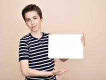 Νέος κενός λευκός πίνακας εκμετάλλευσης αγοριών Στοκ φωτογραφίες με δικαίωμα ελεύθερης χρήσης
