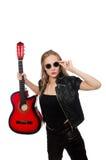 Νέος κιθαρίστας γυναικών που απομονώνεται στο λευκό Στοκ εικόνες με δικαίωμα ελεύθερης χρήσης