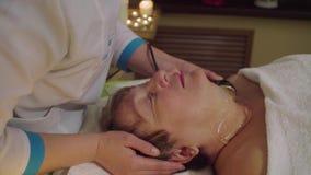 Νέος κινεζικός γιατρός που κάνει το καλλυντικό μασάζ σε μια ανώτερη γυναίκα φιλμ μικρού μήκους