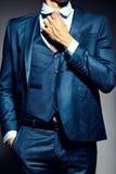 Νέος κομψός όμορφος επιχειρηματίας σε ένα κοστούμι Στοκ Εικόνα