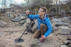 Νέος κυνηγός θησαυρών σε αναζήτηση του θησαυρού στοκ φωτογραφίες