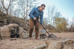 Νέος κυνηγός θησαυρών σε αναζήτηση του θησαυρού στοκ φωτογραφία με δικαίωμα ελεύθερης χρήσης