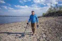 Νέος κυνηγός θησαυρών σε αναζήτηση του θησαυρού στοκ φωτογραφίες με δικαίωμα ελεύθερης χρήσης