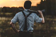 Νέος κυνηγός με ένα gu Στοκ Φωτογραφίες