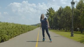 Νέος κύλινδρος γυναικών που απολαμβάνει το freeride στο πράσινο πάρκο απόθεμα βίντεο