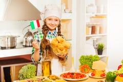 Νέος κύριος μάγειρας που κάνει τα ιταλικά ζυμαρικά στην κουζίνα Στοκ Φωτογραφία