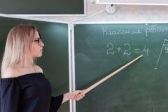 Νέος λεπτός όμορφος ξανθός δάσκαλος σε ένα μαύρο φόρεμα Στοκ φωτογραφία με δικαίωμα ελεύθερης χρήσης