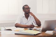 Νέος μαύρος επιχειρηματίας που εργάζεται με το lap-top στο σύγχρονο άσπρο offi Στοκ εικόνα με δικαίωμα ελεύθερης χρήσης