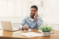 Νέος μαύρος επιχειρηματίας που μιλά στο κινητό τηλέφωνο Στοκ Εικόνες