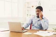 Νέος μαύρος επιχειρηματίας που μιλά στο κινητό τηλέφωνο Στοκ Εικόνα
