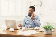 Νέος μαύρος επιχειρηματίας που μιλά στο κινητό τηλέφωνο Στοκ φωτογραφίες με δικαίωμα ελεύθερης χρήσης