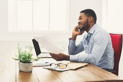 Νέος μαύρος επιχειρηματίας που μιλά στο κινητό τηλέφωνο Στοκ φωτογραφία με δικαίωμα ελεύθερης χρήσης