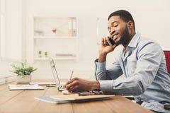 Νέος μαύρος επιχειρηματίας που μιλά στο κινητό τηλέφωνο Στοκ εικόνες με δικαίωμα ελεύθερης χρήσης