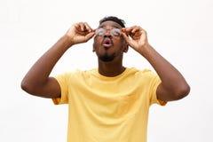 Νέος μαύρος με τα γυαλιά που ανατρέχει Στοκ Εικόνες