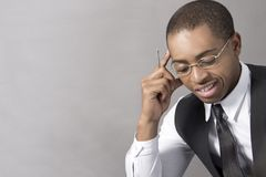 Νέος μαύρος που σκέφτεται στο γραφείο του Στοκ Φωτογραφίες