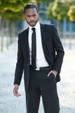 Νέος μαύρος σε ένα κοστούμι έξω Στοκ Φωτογραφία