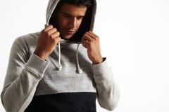 Νέος μαύρος σε γκρίζο και hoodie στοκ εικόνες