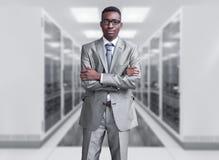 Νέος μαύρος στο δωμάτιο κεντρικών υπολογιστών Στοκ φωτογραφία με δικαίωμα ελεύθερης χρήσης
