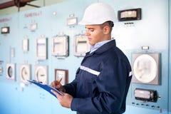 Νέος μηχανικός που παίρνει τις σημειώσεις στο δωμάτιο ελέγχου Στοκ Εικόνα
