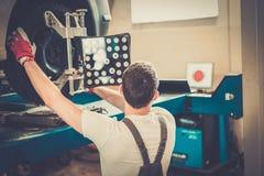 Νέος μηχανικός σε ένα εργαστήριο αυτοκινήτων Στοκ Φωτογραφίες